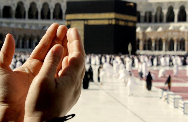 Praying-in-Kaaba