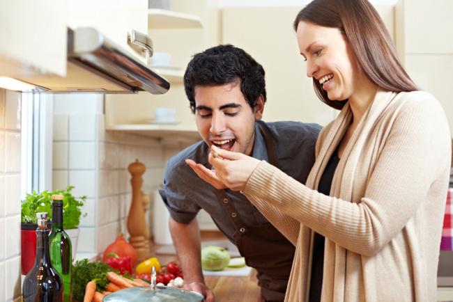Натянул жену приятеля на кухне ВИДЕО